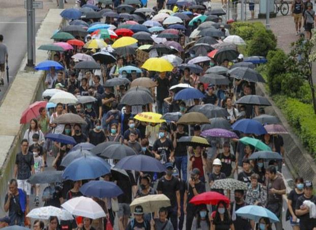 数千名教师冒着大雨游行。
