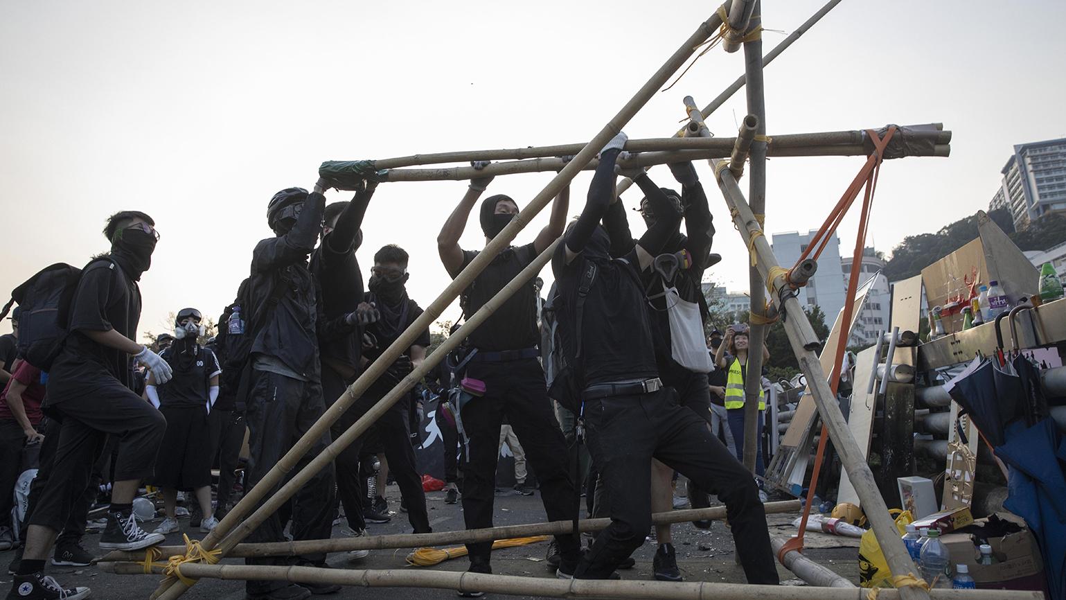 2019年11月13日香港街头的抗议者。(美联社)