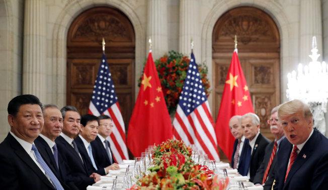 2018年12月1日,美国总统特朗普(右一)与中国国家主席习近平(左一)在20国集团阿根廷峰会结束后共进工作晚宴。(路透社)