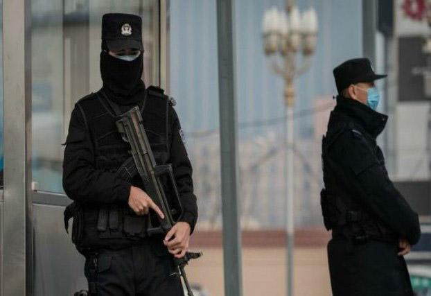 新冠肺炎阴影之下,巡逻的武警也带上了口罩。(法新社)