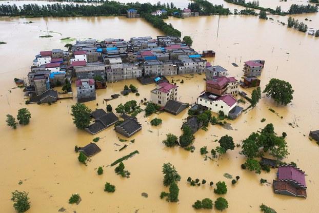 2020年7月8日,江西省都昌县发生大雨之后,建筑物和农田部分淹没在洪水中。(路透社)