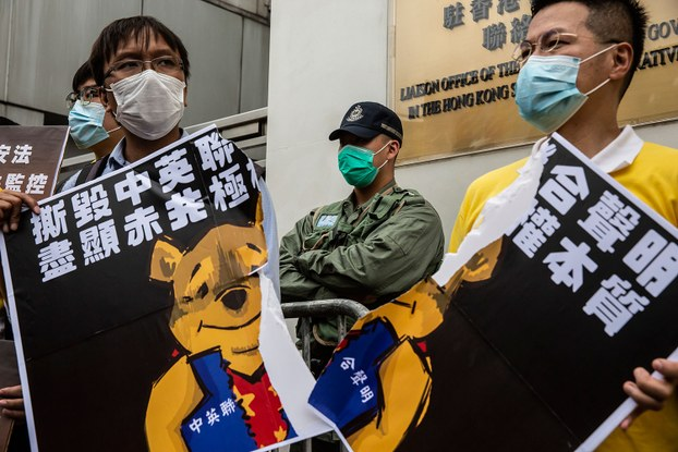 图为,民主人士抗议港版国安法。(法新社)