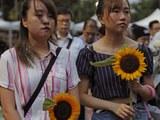 香港民间团体公祭坠楼反送中示威者梁凌杰。(美联社)