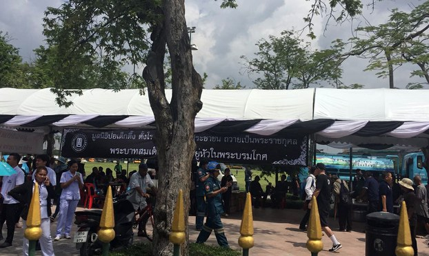 图片: 泰国民众穿素服悼念国王普密蓬。(邢鉴摄/记者乔龙)
