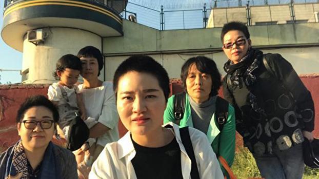 王全璋的妻子李文足和另外四位709家属在5月20日到临沂要求会见王全璋。(推特图片)