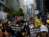 """2019年8月18日, 香港反送中大游行,示威者举起:""""彻查黑警滥暴 坚持五大诉求""""等标语。(路透社)"""