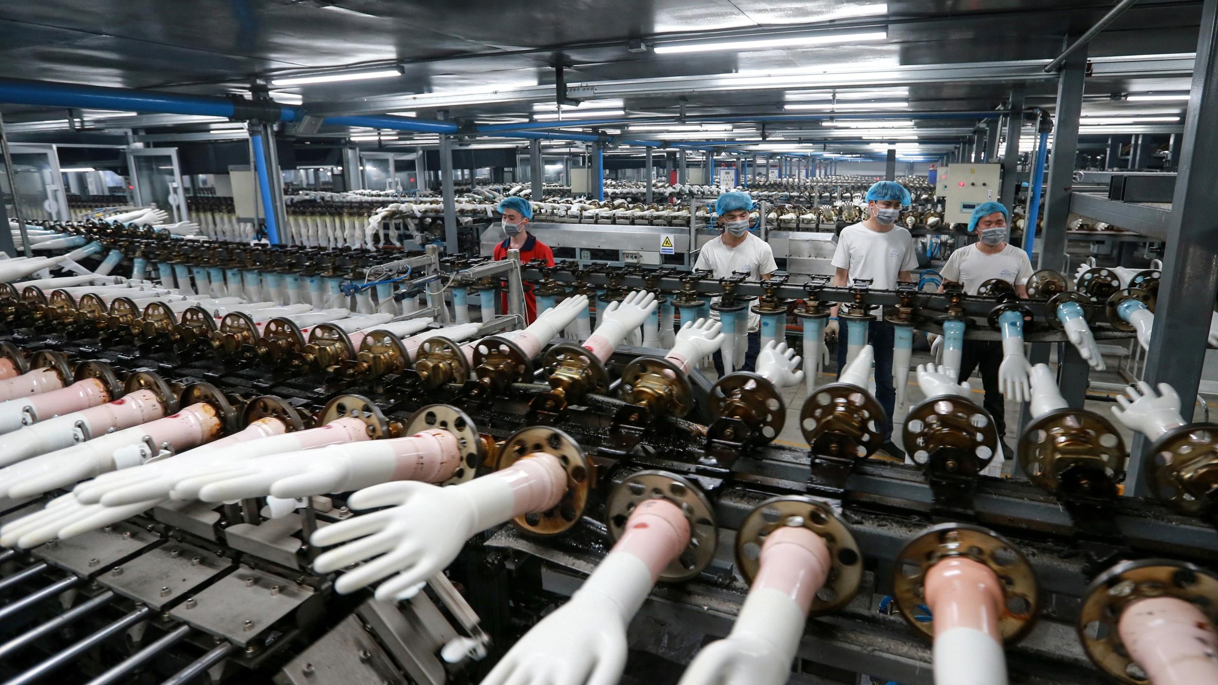 2020年3月23日,中国安徽一家工厂的工人在制作医用手套。(法新社)