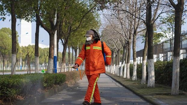 2020年1月29日,一名武汉工人在路面上喷洒消毒剂。(美联社)