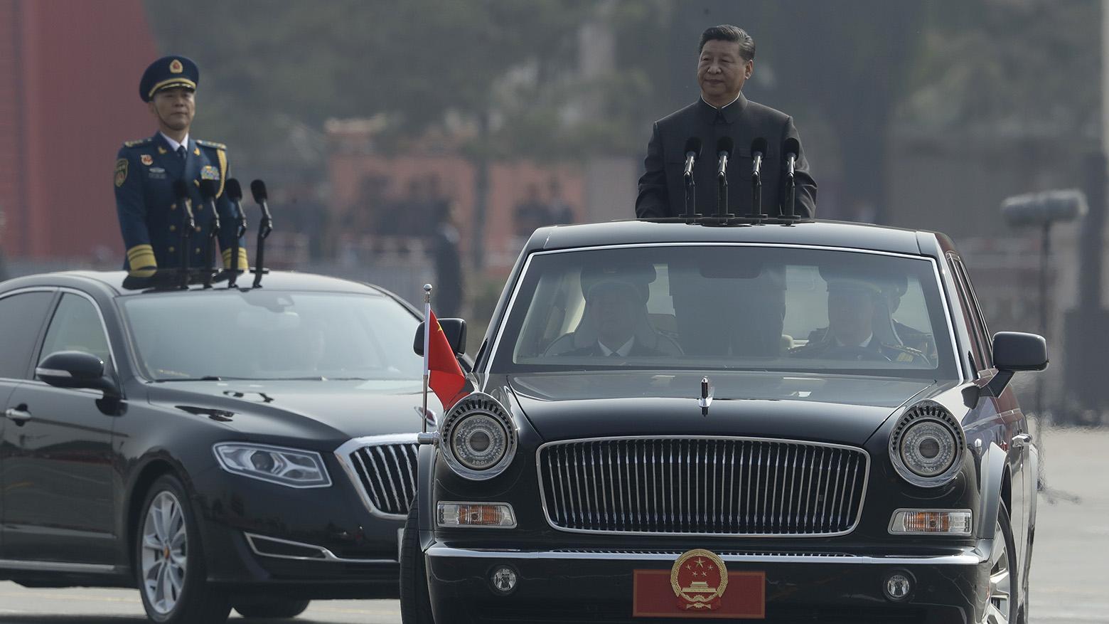 中国国家主席习近平(右)在庆祝中国国庆70周年的阅兵式上。(美联社)