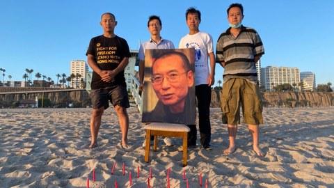 界立建等人在洛杉矶圣莫尼卡海滩边追思刘晓波先生。(界立建提供)