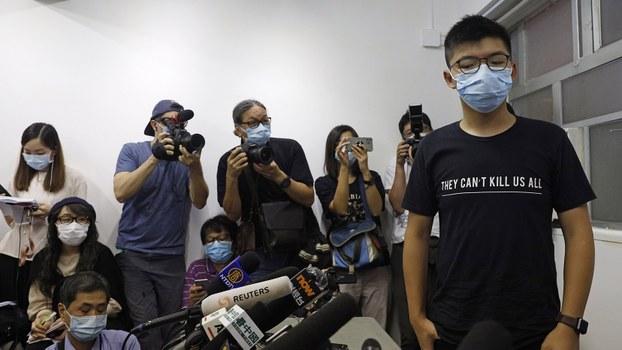 2020年7月31日,香港民主派人士黄之锋(右)等在被取消资格之后出席一个记者会。(美联社)