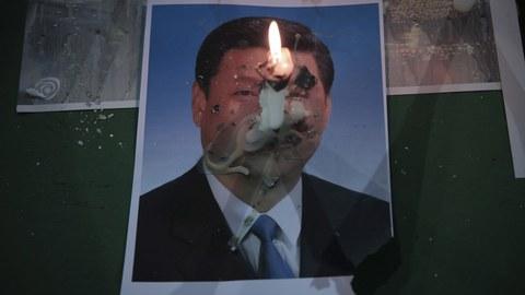 2020年6月4日,香港纪念六四的抗议者在点燃习近平的画像。(美联社)