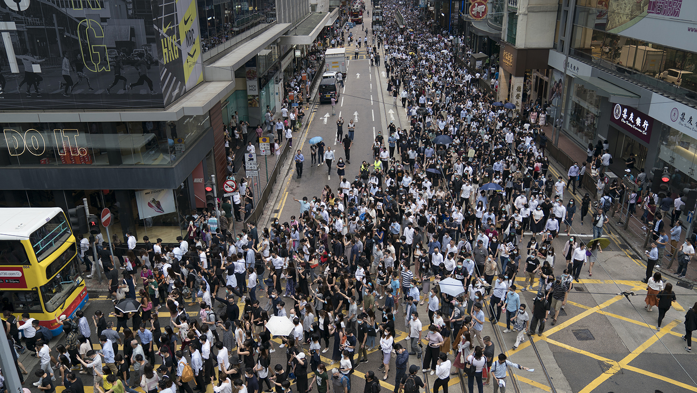 香港抗议者于2019年10月4日抗议《禁蒙面法》。(美联社)