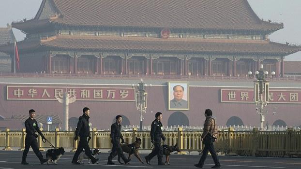 2019年3月4日中国两会前夕,中国警察携带警犬在北京天安门广场巡逻。(美联社)