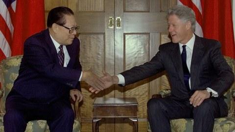 美国前总统克林顿(右)与中国前国家主席江泽民会面。(美联社/资料照片)