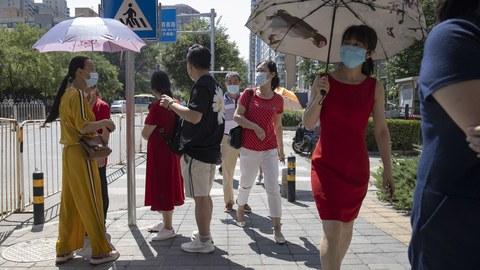 2020年7月7日,中国家长在考场外等待参加高考的孩子。(美联社)
