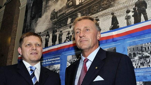 """资料图片:捷克与斯洛伐克两国总理在捷克国家博物馆纪念""""布拉格之春""""的展览会上合影(美联社)"""