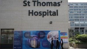 英国首相约翰逊正在伦敦圣汤玛斯医院重症加护病房内与新冠病毒进行搏斗。(法新社)