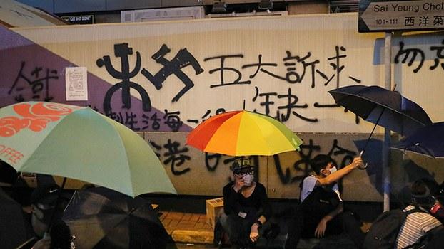 2019年9月6日,香港抗议者在九龙旺角太子站外示威,要求港府回应包括成立独立调查委员会的四项诉求。(美联社)