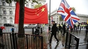 资料图片:2015年10月21日英国伦敦唐宁街十号外的中英两国国旗(美联社)