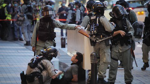 2020年7月1日,香港警察逮捕一名示威者。(美联社)