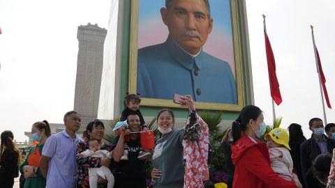2020年10月1日,民众在天安门广场的孙中山画像前拍照。(美联社)