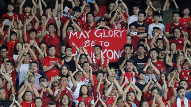 """2019年9月10日世界杯香港队和伊朗队的比赛,中国国歌奏响的时候香港球迷高呼""""香港不是中国"""",并且演唱""""荣耀归于香港""""的歌曲。(美联社)"""