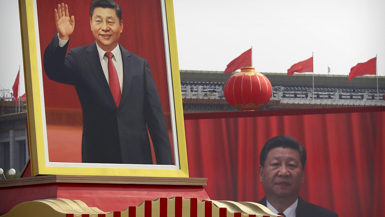 中华人民共和国国庆70周年庆祝活动上一个高大的习近平画像。(美联社)