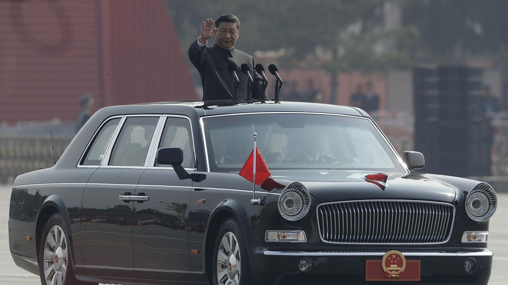 中国国家主席习近平在庆祝建国70周年阅兵式上检阅军队。(美联社)