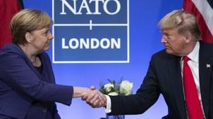 2019年12月4日,美国总统特朗普和德国总理默克尔在NATO高峰会上握手。(美联社)