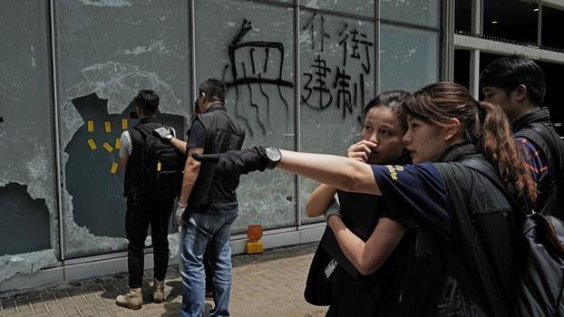 香港立法会大楼外面玻璃上的涂鸦。(美联社)