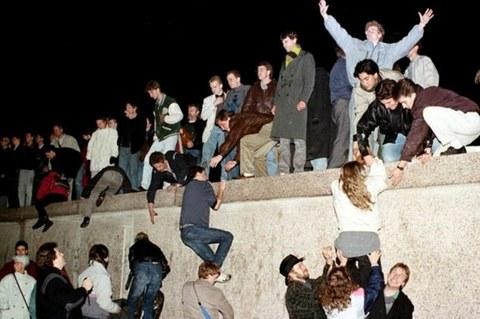 1989年11月9日,东柏林人攀登上柏林墙。(路透社)