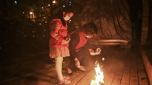 2020年4月3日武汉民众在清明前夕烧纸钱纪念死去的亲人。(法新社)