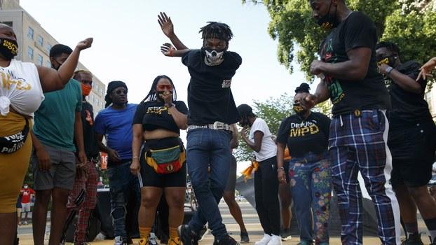"""2020年6月25日,美国首都华盛顿街头的抗议民众通过舞蹈来表达对""""黑人命也是命""""(BLM)运动的支持。(美联社)"""
