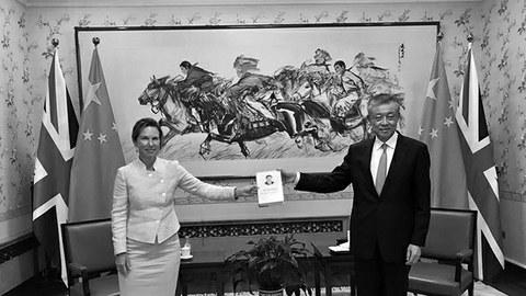 英国驻中国新任女大使吴若兰在上任之前,与中国驻英国大使刘晓明亲切会见并合影留念。英国大使晒出的却是一张类似于向习近平拍马屁的亲密照,二人面带笑容手捧习近平著作合影留念。一时,引起公众的广泛议论。(Public Domain)
