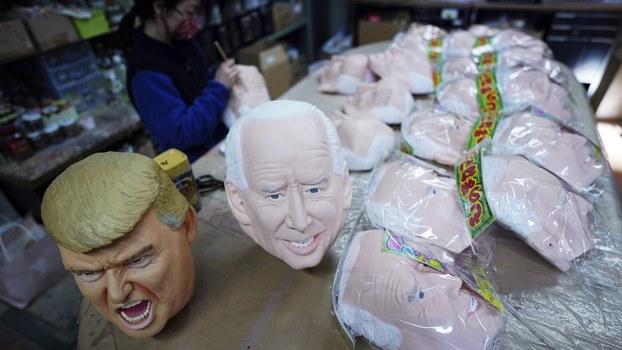 一家商店展示的特朗普和拜登的头像。(美联社)