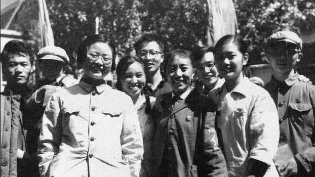 """左臂戴着""""农奴戟 红卫兵""""袖章的才旦卓玛与一群从中国各地进藏的红卫兵合影。才旦卓玛即后来官至副省级的党的著名御用歌手。(泽仁多吉摄影)"""