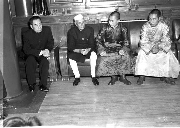 印度独立后的第一任总理贾瓦哈拉尔·尼赫鲁(Jawaharlal Nehru),于1954年10月间访问中国与毛泽东等中共首脑会面,而当时,年轻的尊者达赖喇嘛与班禅喇嘛因受邀参加中华人民共和国第一届全国人民代表大会,也在北京。(推特)