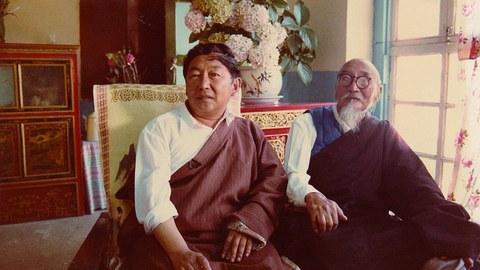 图为噶雪·嘉央曲杰先生(左)与父亲噶雪·曲吉尼玛的合影。(Public Domain)