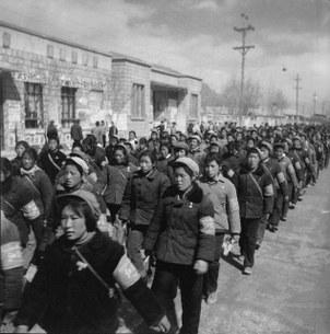 """这些统一着装的红卫兵是从陕西咸阳来拉萨""""大串联""""的西藏民族学院的学生,有藏人,有汉人,也有其他民族。(泽仁多吉摄影)"""