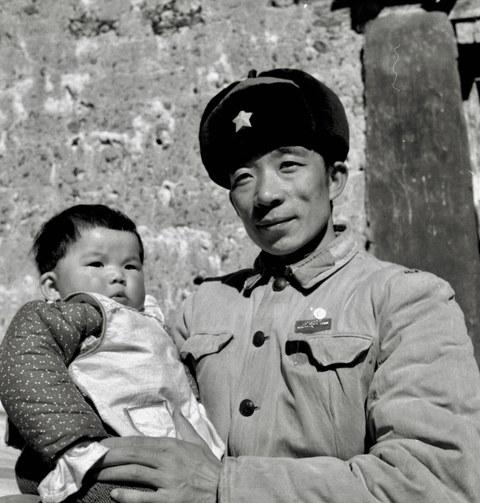 图说:我的父亲泽仁多吉。西藏文革图片摄影者。在文革中抱着出生百日的我。在西藏军区拍摄。