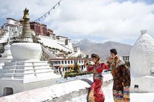图片: 一对新人身穿传统藏服,在拉萨布达拉宫前拍摄结婚照。 (法新社资料图片)