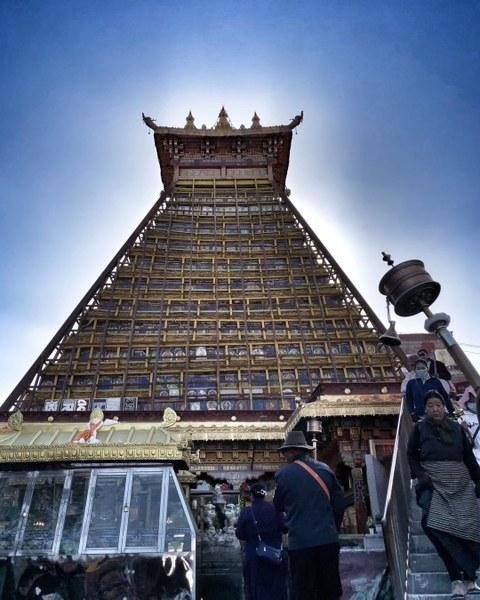 图片:图为矗立在林廓转经道上的甘珠尓经塔。2020年5月23日起,又是最殊胜的萨嘎达瓦佛月,至6月21日。(唯色2018年萨嘎达瓦佛月拍摄)