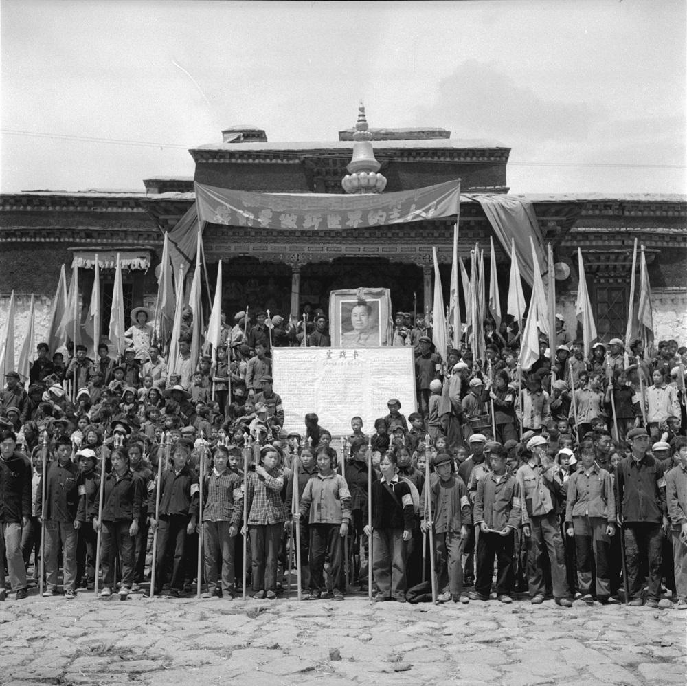 图说:这里本是讲授佛法、辩论佛经的传统讲经场,位于拉萨大昭寺南侧。文革中成了红卫兵集会的会场,以及批斗佛教高僧、西藏上层人士的批斗场。(唯色提供)