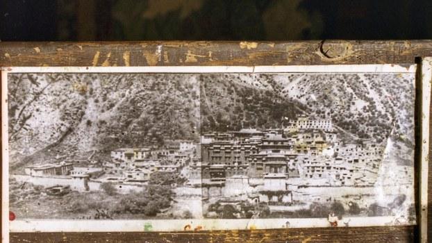 藏传佛教噶玛噶举教派祖寺楚布寺文革前的样貌(据介绍拍摄于1950年代初)。(唯色1998年翻拍)