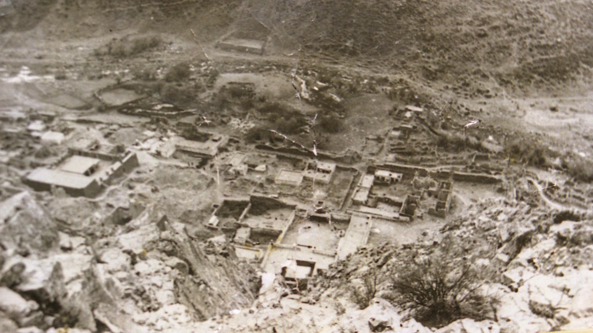 藏传佛教噶玛噶举教派祖寺楚布寺在文革被夷为废墟(据介绍拍摄于1970年代末)。(唯色1998年摄影)