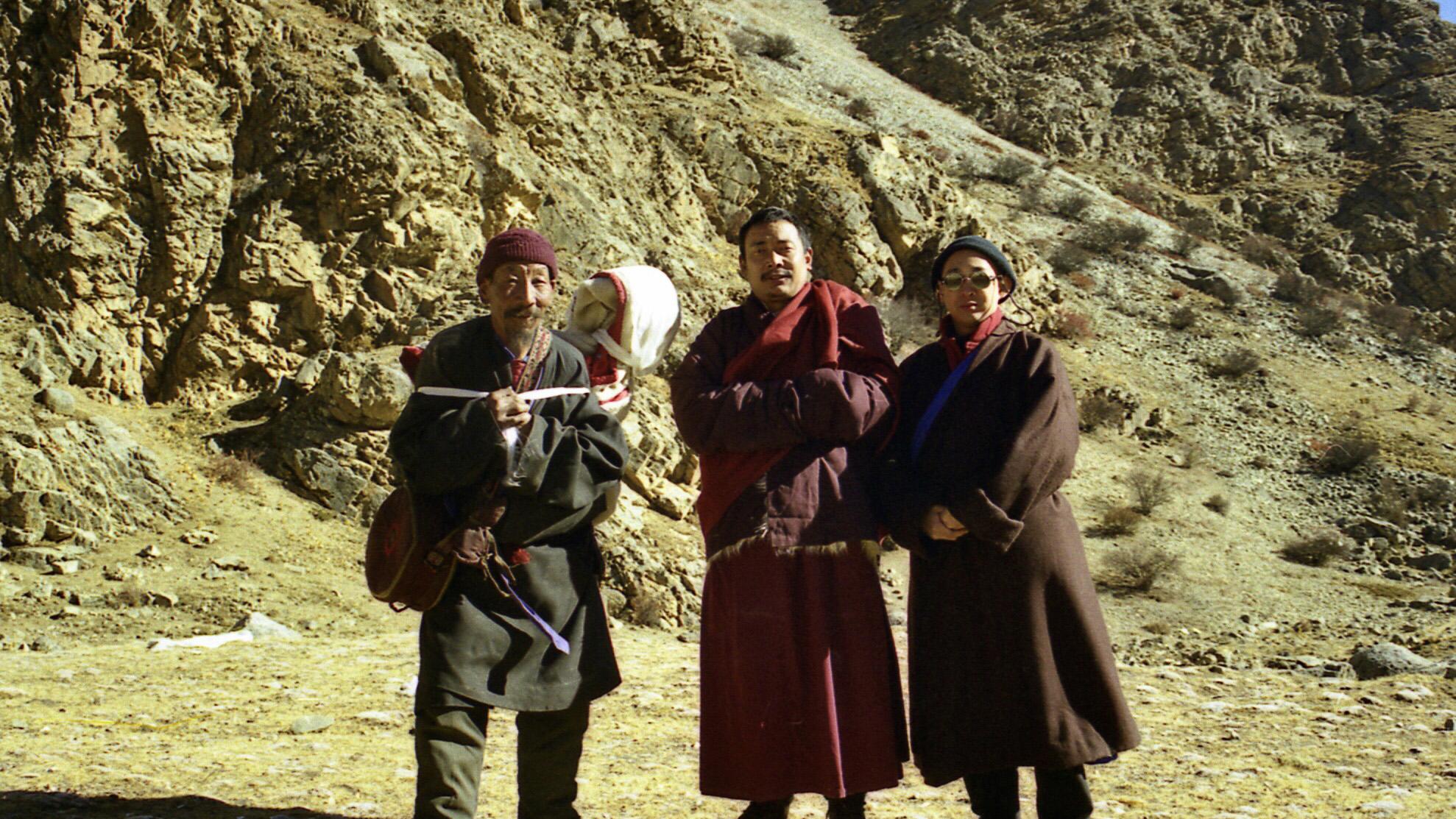 财旺仁波切(中)陪同台湾摄制组拍摄天葬前的合影,左一为天葬师。(唯色1998年摄影)