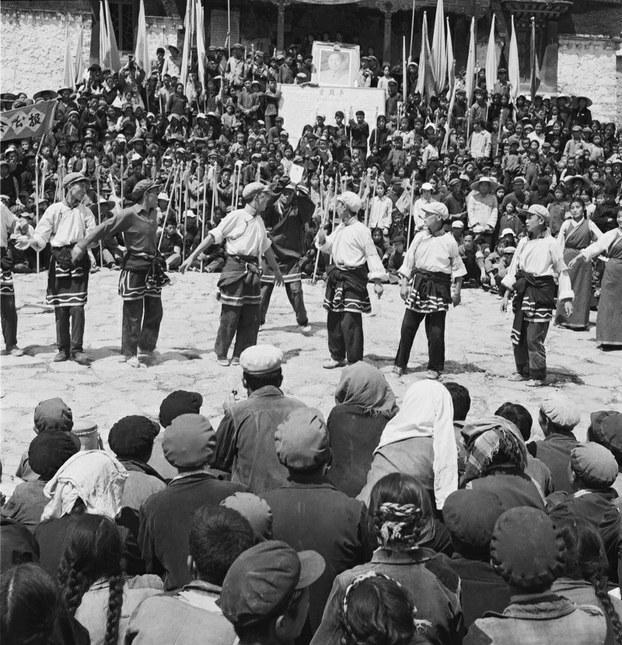 """1966年8月24日,被达赖喇嘛誉为全藏最崇高的大昭寺,遭到红卫兵和""""革命群众""""的破坏。而此处本是讲授佛法、辩论佛经的传统讲经场,位于拉萨大昭寺南侧,在这天成了红卫兵集会、表演的场所。(唯色提供)"""