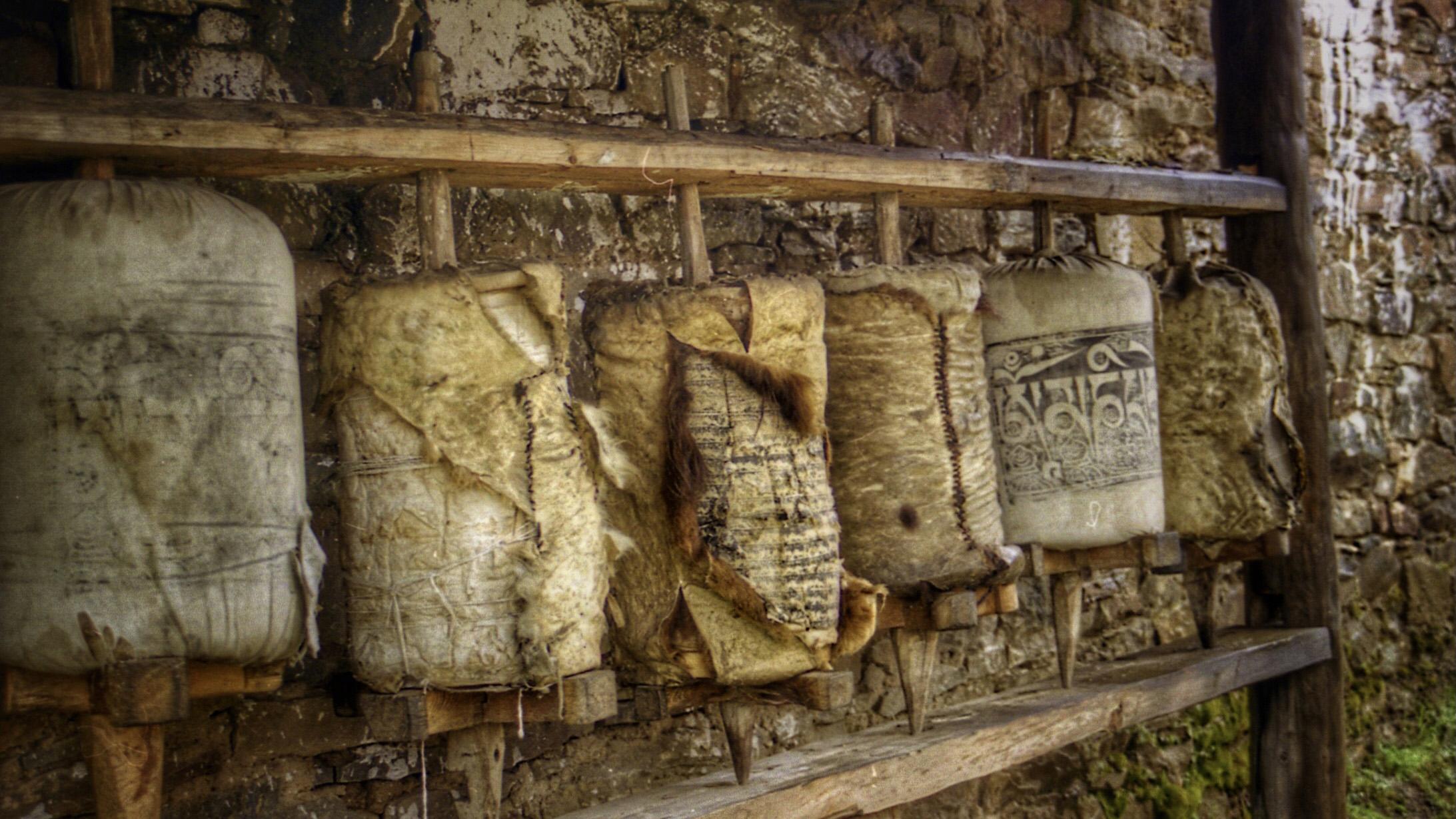 寺院里用牦牛皮包裹的转经筒。(唯色1999年摄影)