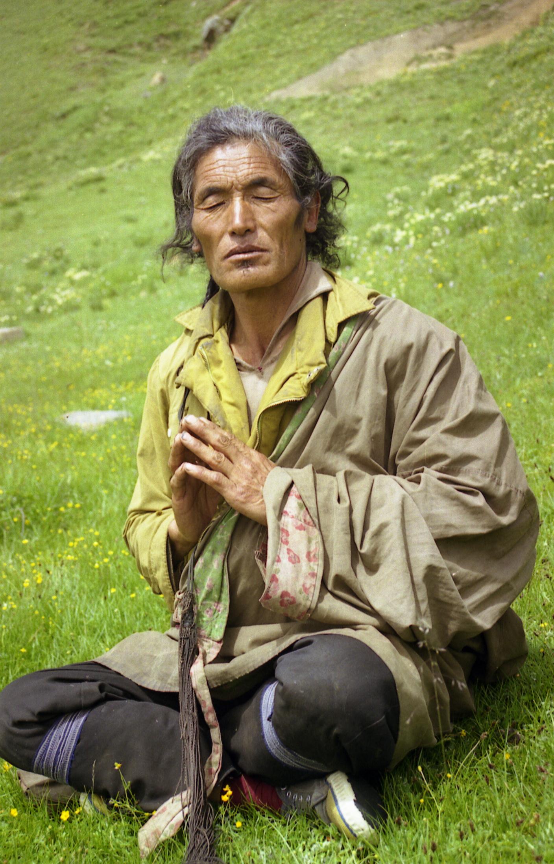 天葬师仁青在讲述。(唯色1999年摄影)